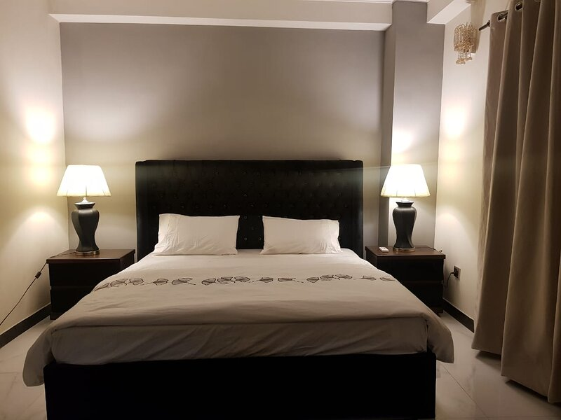 Entire 2 bed cozy apartment near center of town, holiday rental in Islamabad Capital Territory