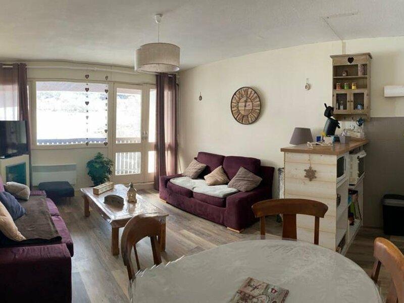 T2 cabine 6 personnes résidence Primevères avec balcon vue pistes, aluguéis de temporada em Beost