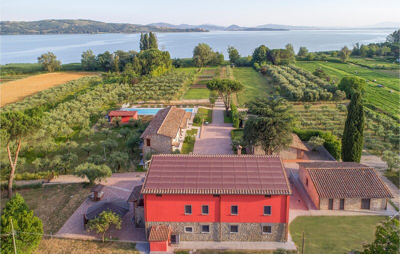 Beautiful home in Passignano sul Trasime with 6 Bedrooms (IUT266), casa vacanza a Passignano Sul Trasimeno