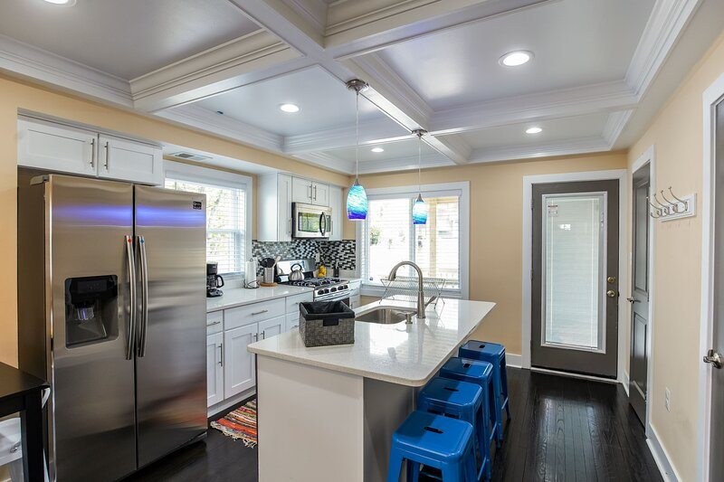 Luxury contemporary stylish rowhouse +free parking, holiday rental in Marlow Heights