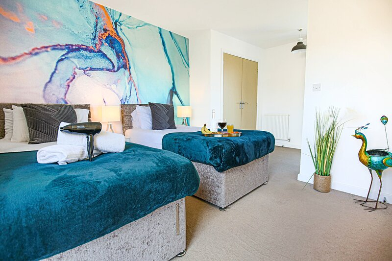 ⭐️Large House with Garden, Parking, Pool Table & Netflix by Yoko Property ⭐️, aluguéis de temporada em Milton Keynes