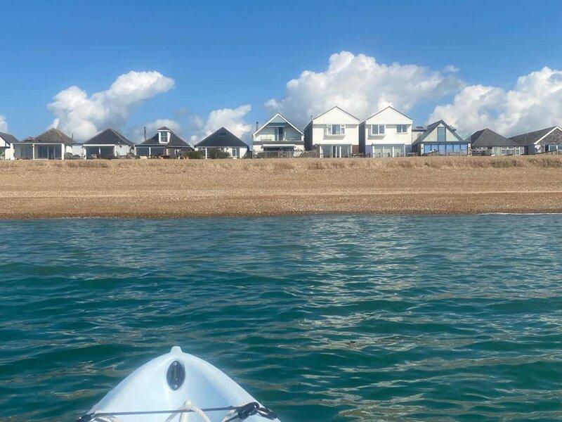 Unspoilt Sea View Family Beach House Sleeps 10, Ferienwohnung in Pevensey Bay