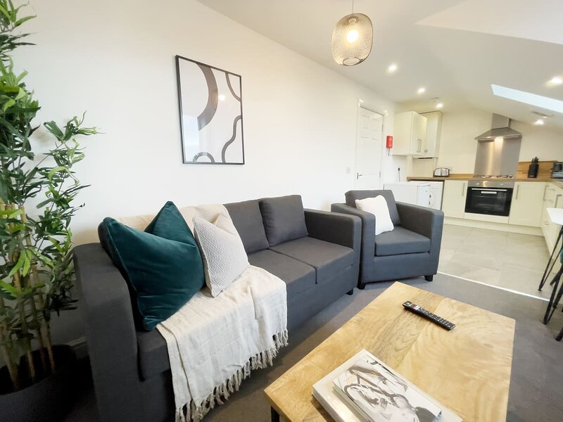 6 Sarah House | Stylish Entire Apartment, holiday rental in Tameside