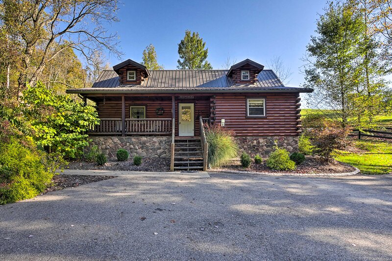 Rustic Dundee Log Cabin w/ Hot Tub & Forest Views!, casa vacanza a New Philadelphia