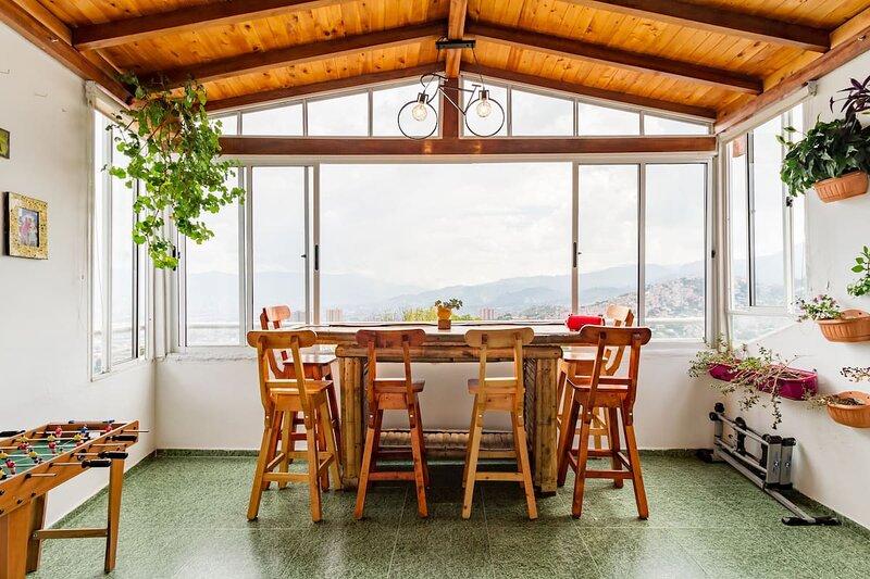 Fantástica casa con fenomenales vistas a todo Medellin y sus alrededores., vacation rental in Bello