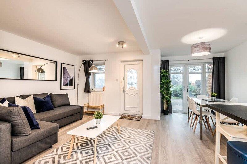 Modern 4 Bed House - Long Stay with PARKING, alquiler de vacaciones en New Brighton