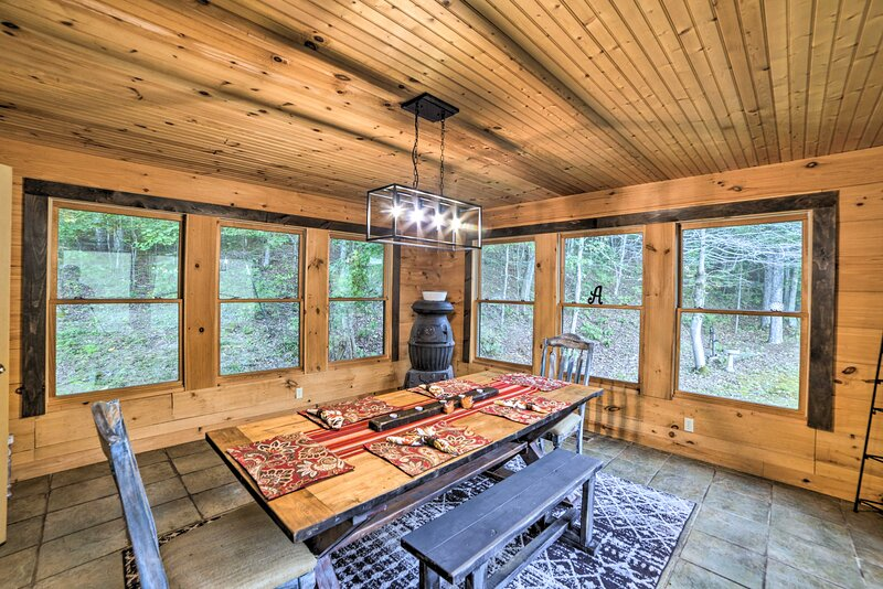 Quiet, Woodsy Retreat: Deck & Kentucky Lake Access, holiday rental in Buchanan