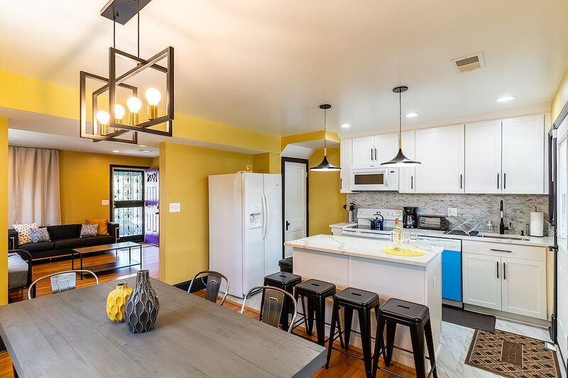 Luxury spacious charming DC row house + parking, holiday rental in Marlow Heights