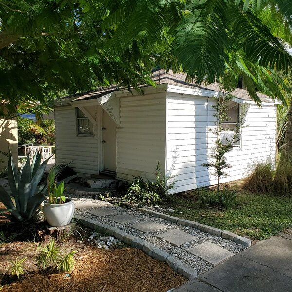 Cozy Cottage close to the Indian River. – semesterbostad i Titusville