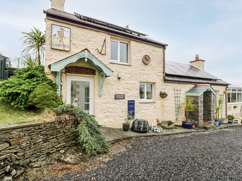 CROW'S NEST COTTAGE, pet friendly, with a garden in Tynygongl, Ref 3829, holiday rental in Brynteg