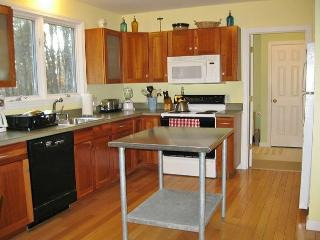 PET-FRIENDLY CLOSE TO NEWCOMB'S HOLLOW BEACH!