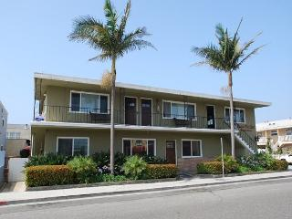 Best Deal in Newport! 2 Bed/1 Bath Upper Condo Steps to the Beach! (68107), Newport Beach