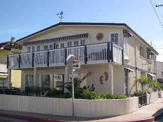 Spacious Newport Beach 4 Bedroom Upper Unit! 1 House From the Sand! (68127)
