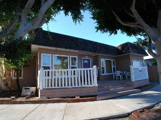 Spacious Quiet Peninsula Point Single Family Home Steps to the Sand! (68208), Balboa Island