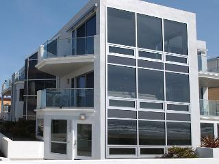 Luxury 2nd floor condo- 3 patios, views, full kitchen, near beach, San Diego