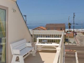 Lovely 2nd floor townhome- private rooftop deck, gas BBQ, near beach and bay, San Diego