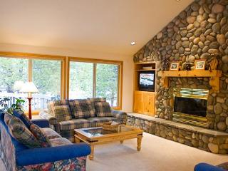 Contemporary Sunriver Home with Large Deck and Hot Tub Near North Entrance