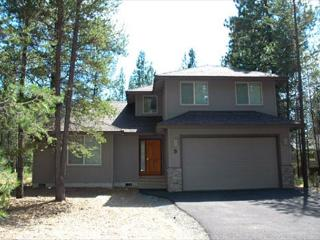 Welcoming Sunriver Home with Hot Tub and 2 Master Suites Near the Village