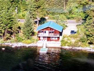 Huckleberry Rose- Lakeside with spectacular mountain views and private dock