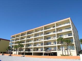 Las Brisas 404 Gulf Front 4th floor condo with 46 inch Widescreen TV & WiFi!, Madeira Beach