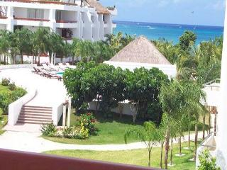 Romantic 1BR Oceanview. Private Bath on Balcony. King  Bed. Satellite TV, Cozumel