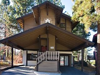 Renovated 4BR/4BA chalet with filtered lake views! Sleeps up to 10, South Lake Tahoe