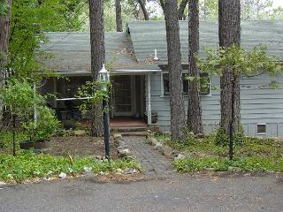 Darling vintage cabin- full kitchen, deck, BBQ, handicap access