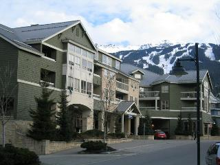 2 +loft, upgraded, village location, hot tub, pool, free parking, internet,