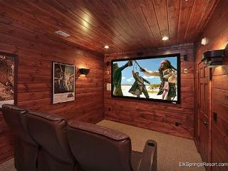 5 Star 4 Bedroom Cabin with Private Theater Room and Sauna, Gatlinburg