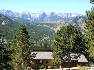 The Byrd at Windcliff: Panoramic RMNP Views, Elegant, Hot Tub, Decks, Wildlife, Estes Park