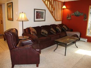 CC200 Fantastic Condo w/ Wifi, Fireplace, Clubhouse, 2 Blocks Off Main St.