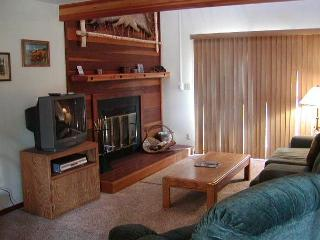 SS52 Ideal Condo w/Fireplace, Clubhouse, Wifi, King Bed