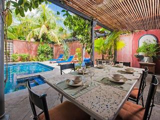 Charming villa- across from beach, customer kitchen, private pool, gas grill, Tamarindo