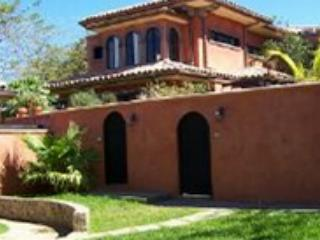 Relaxing private villa- near beach, cable, internet, kitchen, private pool, Tamarindo