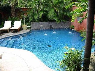 Luxury villa- across from beach, private pool, gas grill, cable, a/c, Tamarindo