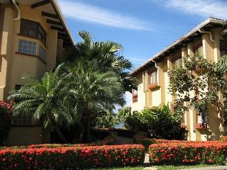 Cozy ground floor condo- shared pool, near beach, kitchen, a/c, cable, Tamarindo
