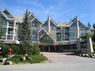 Top floor end unit, nice big hot tub in lodge,free parking/internet, Whistler