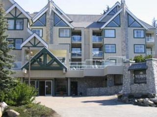 Beautifuly upgraded top floor unit,big hot tub in lodge,free parking/internet, Whistler