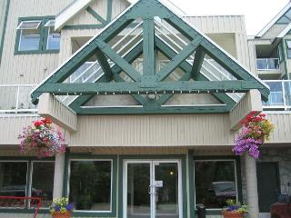 Private top floor end unit,big hot tub in lodge,free parking/internet, Whistler