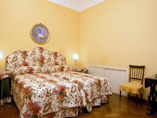 Florence Vacation Accommodation - Piazza Santa Croce - Donatello