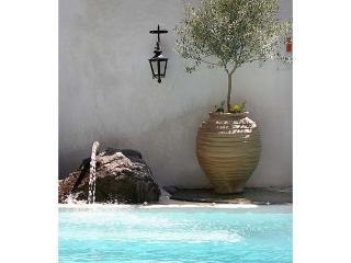 Versteckt im Herzen des Dorfes, damit geschützt vor den Winden Cycladic war diese Villa ursprünglich ein Canava. VMS-STO, Santorini