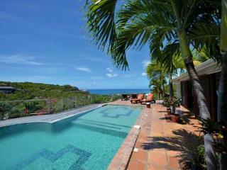 Take in the view over the pool to Anguilla and the Caribbean Sea. C PEA, Terres Basses