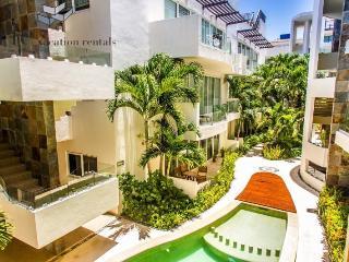 Beautiful 2 Bedroom, Ground Floor, Corner unit just steps from the beach, Playa del Carmen