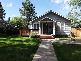 Downtown bungalow with originial art, hot tub and big fenced yard!!, Bend