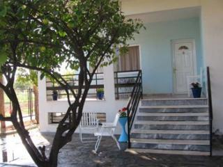 Private, cottage by the beach, perfect location, Corinth