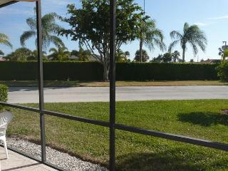 Peaceful condo w/ two heated pools, walk to Resident's beach & restaurants, Marco Island