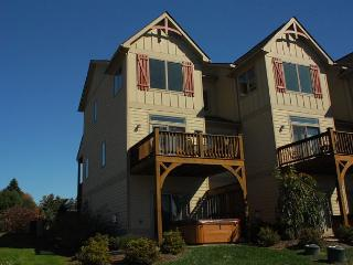 Amazing 4 Bedroom Townhome with hot tub in the heart of Deep Creek Lake!, McHenry