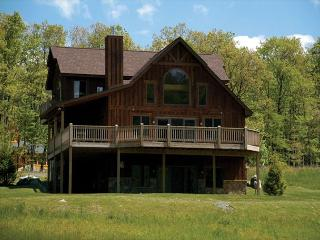 Luxurious & Private Mountain Home with Hot tub!, McHenry