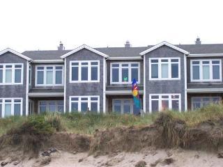 PACIFIC PARADISE ~Elegant ocean front condo in town!, Rockaway Beach