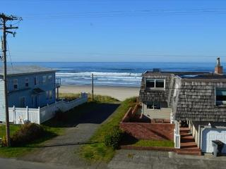 PACIFIC ESCAPE ~Beautiful Views, hot tub on the upper deck, ping pong, Rockaway Beach